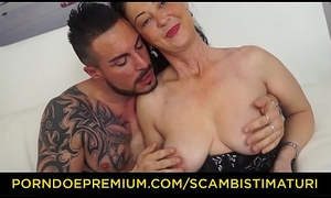 SCAMBISTI MATURI - Curvy Italian grown up drilled unconnected with tattooed bull