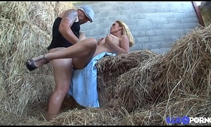 Valeria fermi&egrave_re despondent d&eacute_fonc&eacute_e dans la paille