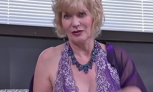 USA gilf Justine gives her muted pussy a treat